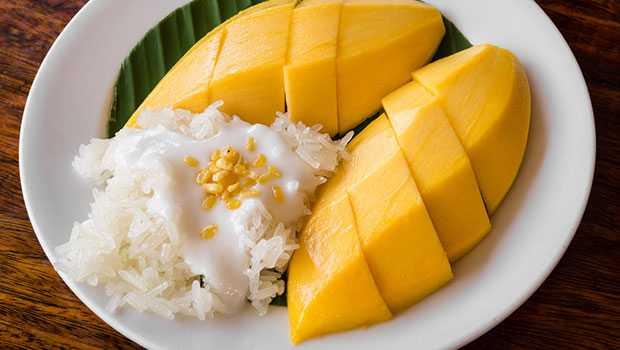 Uma das sobremesas da culinária da Tailândia é o Mango Sticky Rice