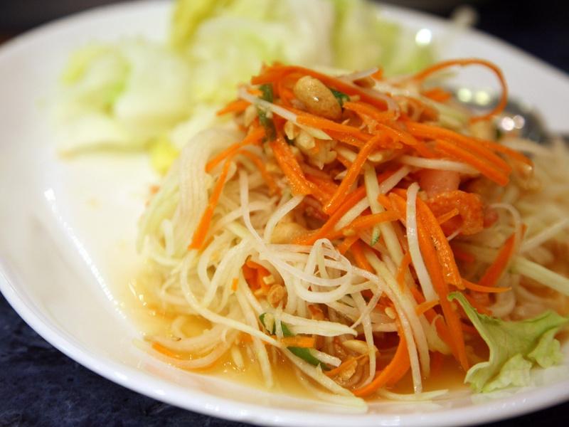 Som Tam é salada geralmente servida como mamão verde e é muito popular na culinária tailandesa